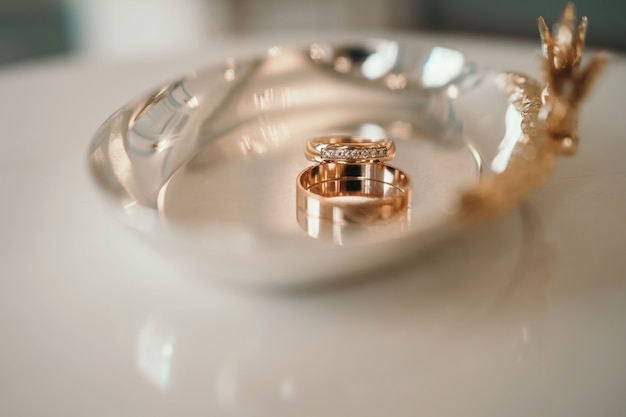 Obrączki ślubne zbliżenie dwa piękne pierścionki na ceremonii barkowej nieostre zdjęcie z rozmytym tyłem...
