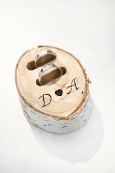 Obrączki w pudełku z drewna brzozowego z inicjałami
