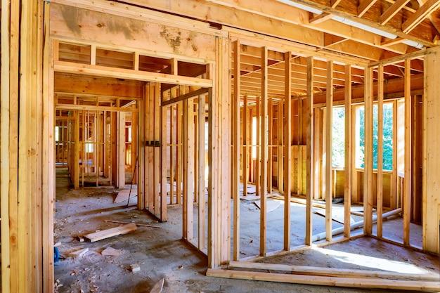 Obramowanie konstrukcji szkieletowej w budowie domu drewnianego na nowej inwestycji
