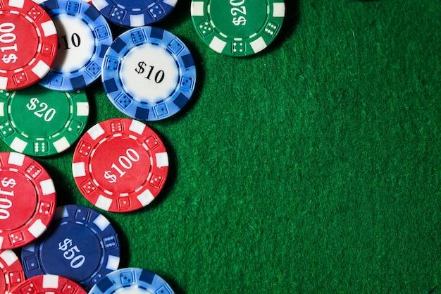 Obramowanie powierzchni żetonów kasyna na zielonym stole z miejsca na kopię