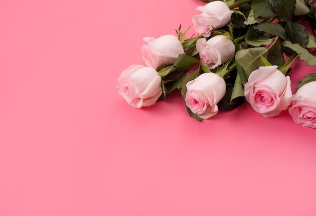 Obramowanie ramki róż na różowym tle