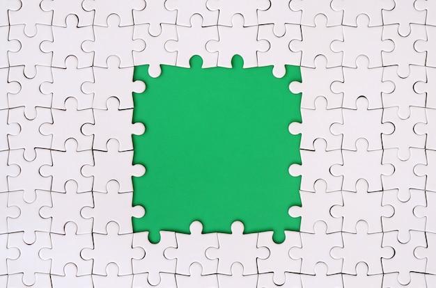 Obramowanie w kształcie prostokąta, wykonane z białej układanki wokół zielonej przestrzeni