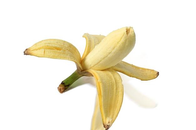 Obrane banany są ułożone na białym tle.