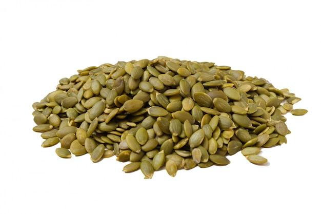 Obrane nasiona dyni. jądra bez powłoki. odizolowywa na białym tle.
