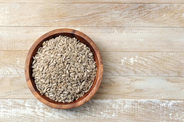 Obrane nasiona słonecznika w drewnianej misce