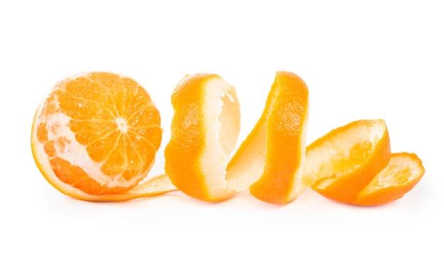 Obrane owoce obrane skórki pomarańczy na białym tle