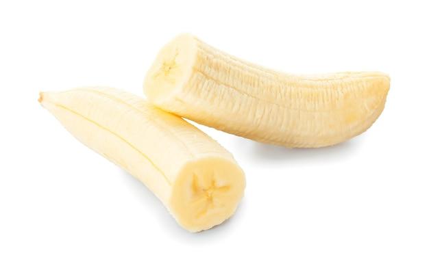 Obrany banan pokrojony na jasnej powierzchni