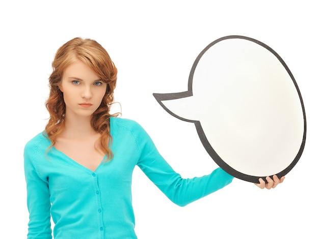 Obraz atrakcyjnej nastolatki z pustym dymkiem tekstowym