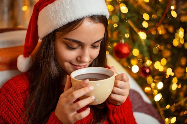 Obraz atrakcyjnej uśmiechnięta dziewczyna pije kakao