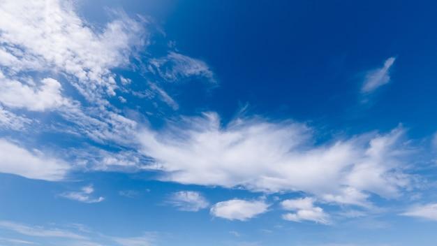 Obraz białych chmur cumulus na niebieskim niebie, jasny słoneczny dzień, piękny naturalny krajobraz