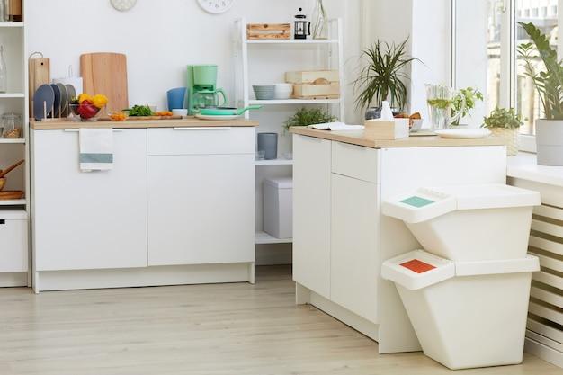 Obraz białych mebli kuchennych w pokoju domowym