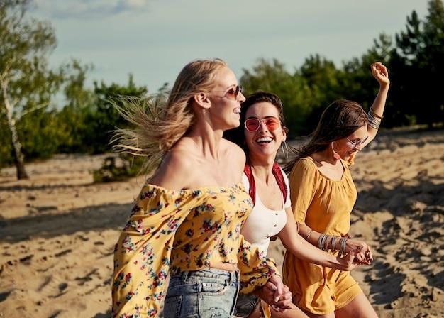 Obraz biegnących kobiet na plaży