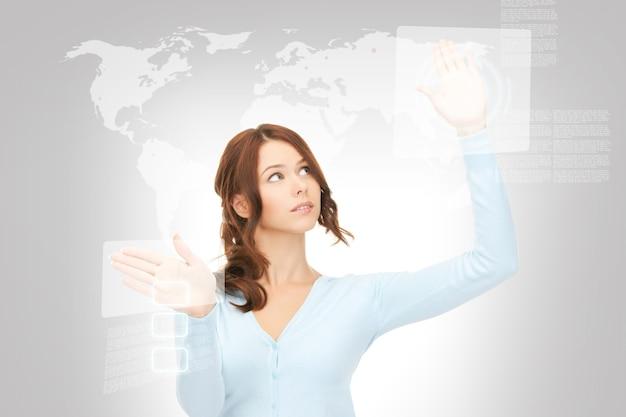 Obraz bizneswoman pracującej z ekranem dotykowym