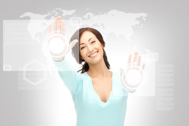 Obraz Bizneswoman Pracującej Z Ekranem Dotykowym Premium Zdjęcia