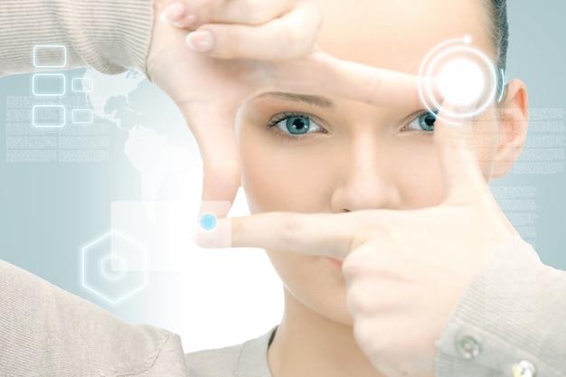 Obraz Bizneswoman Tworzącej Ramkę Palcami Premium Zdjęcia