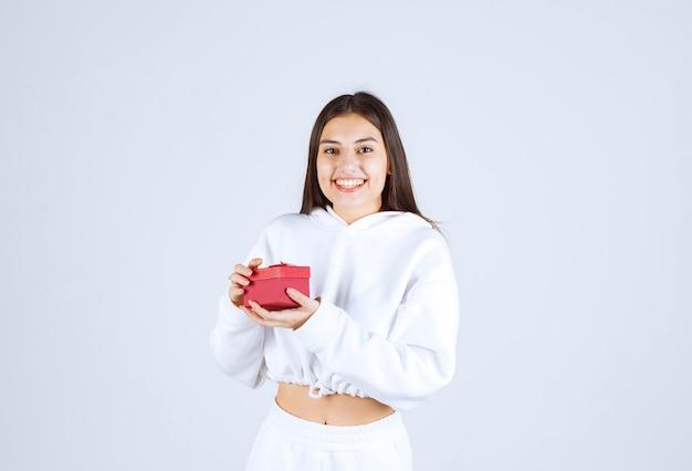 Obraz całkiem młoda dziewczyna model trzyma pudełko.