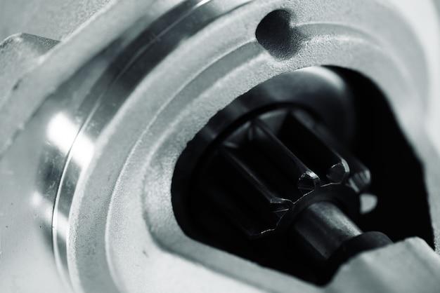 Obraz części samochodowych z bliska wirnika. duża czarna zębatka w metalowej części. części przekładni w środku.