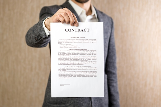 Obraz człowieka trzymając się za ręce umowy z losowym tekstem. pomysł na biznes.