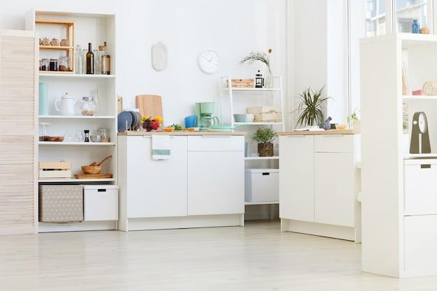 Obraz domowej białej kuchni z naczyniami i żywnością