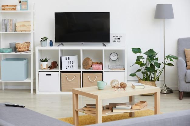 Obraz dużego telewizora w nowoczesnym salonie w mieszkaniu