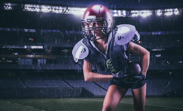 Obraz dziewczyny biegnącej z piłką przez stadion w mundurze gracza drużyny futbolu amerykańskiego. koncepcja sportu. różne środki przekazu