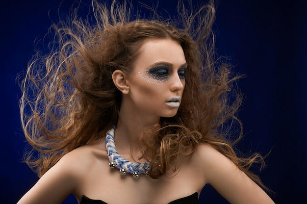 Obraz dziewczyny z makijażem artystycznym.