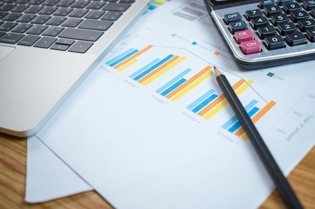 Obraz finansowych biurku o sytuacji na rynku