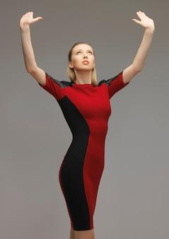 Obraz futurystycznej kobiety pracującej z czymś wyimaginowanym