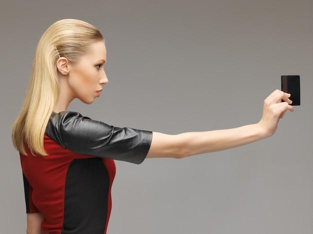 Obraz futurystycznej kobiety z kartą dostępu.