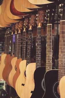 Obraz gitar na wystawie sklepu muzycznego