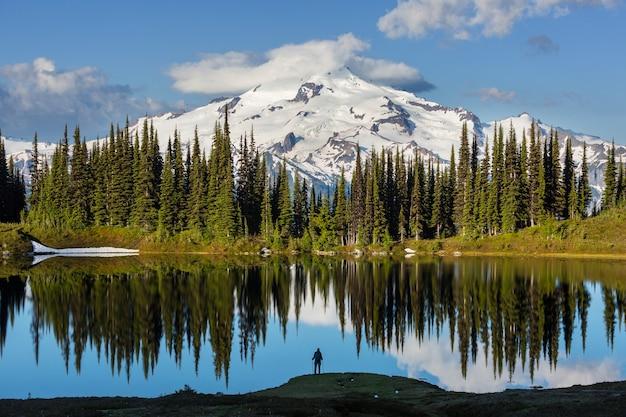 Obraz jezioro i szczyt lodowca w waszyngtonie, usa
