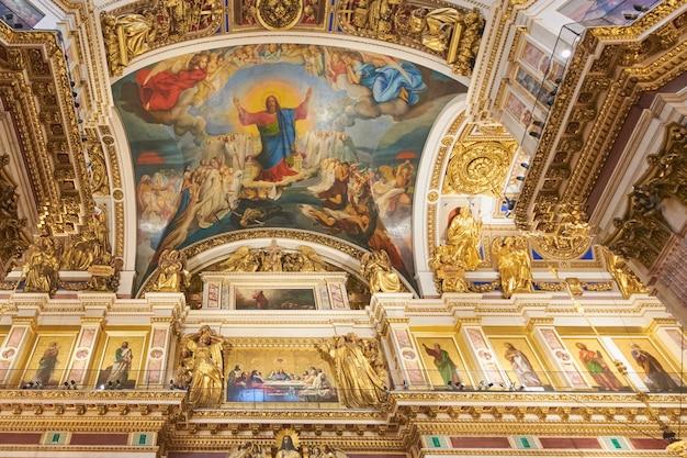 Obraz jezusa nad ołtarzem w katedrze św. izaaka