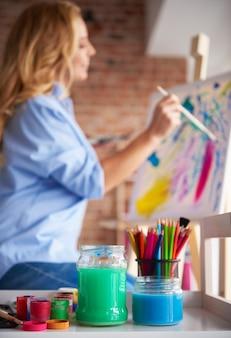 Obraz kobiety malującej niektóre sztuki
