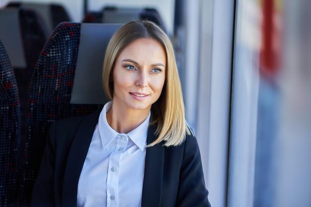 Obraz kobiety podmiejskiej metra w transporcie publicznym.
