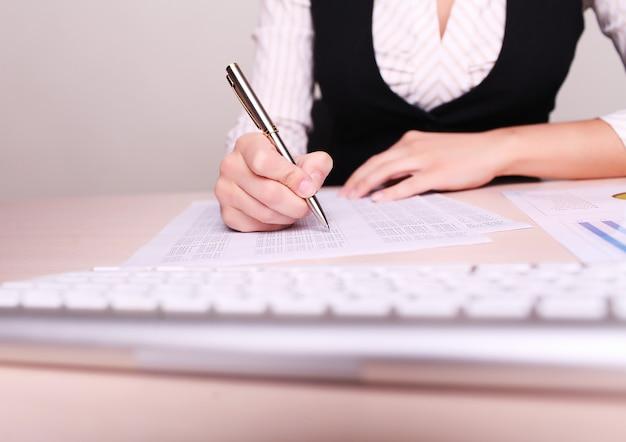Obraz kobiety ręki writing na papierze z liczbami