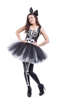 Obraz kobiety ubranej w karnawałowy kostium szkieletu na białym tle