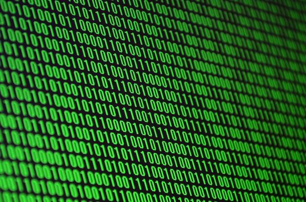 Obraz kodu binarnego składający się z zestawu zielonych cyfr na czarnym tle