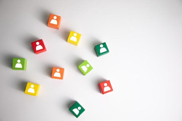 Obraz kolorowych bloków z ikonami ludzi