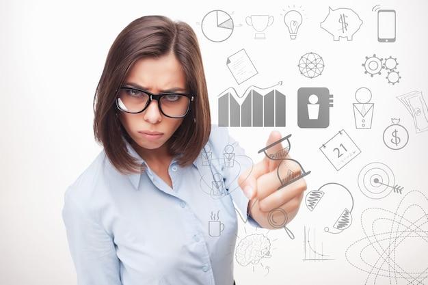 Obraz koncepcyjny kobiety biznesu myśli o wielu pomysłach.