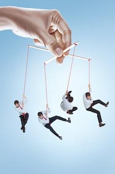 Obraz koncepcyjny marionetka biznesmen
