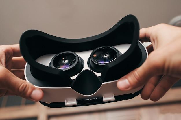 Obraz kosmiczny w okularach wirtualnej rzeczywistości.