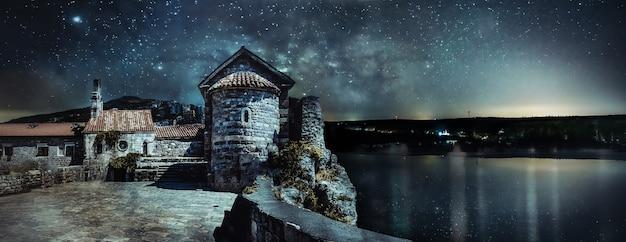 Obraz krajobrazu starego miasta w budvie nocą, czarnogóra.