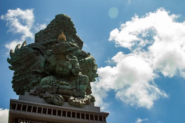 Obraz krajobrazu starego posągu garuda wisnu kencana gwk jako punktu orientacyjnego bali