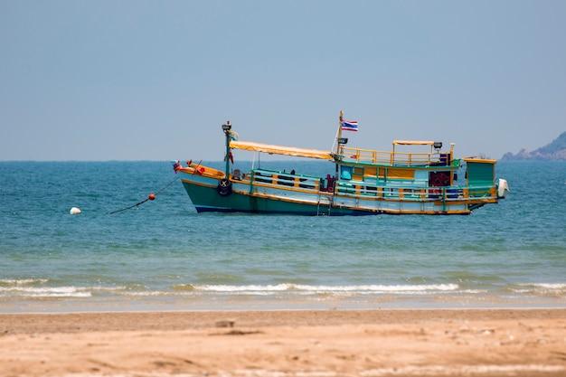 Obraz małej łodzi połowów na morzu.