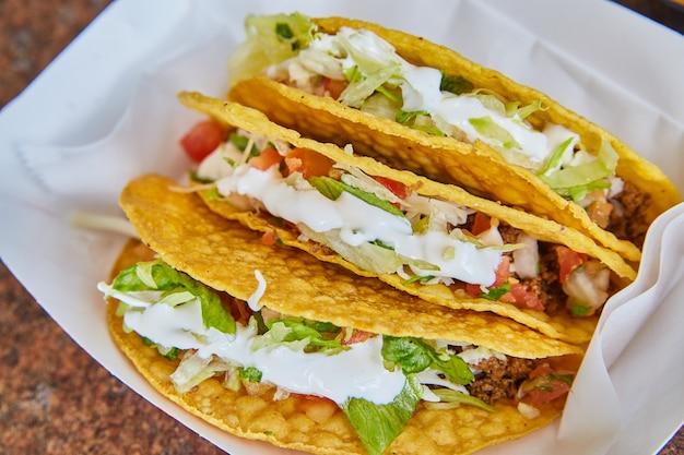 Obraz meksykańskiego taco w twardej skorupce z najlepszymi dodatkami