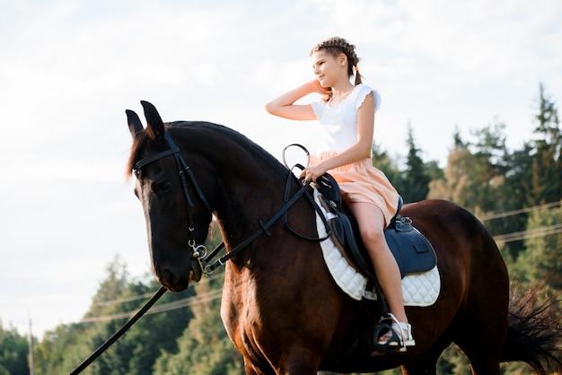 Obraz młoda ładna dziewczyna jeździecki koń