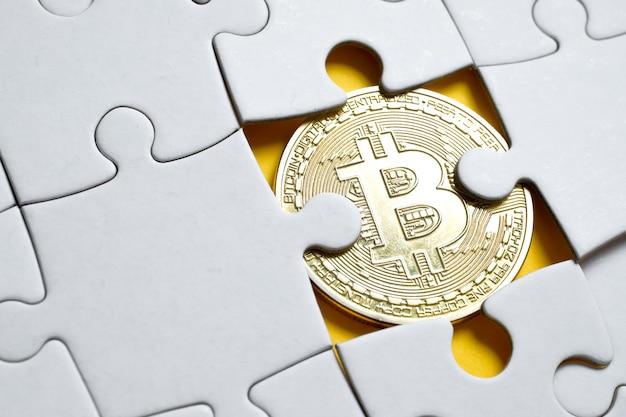 Obraz monety bitcoin spod białej układanki.