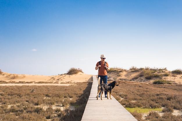 Obraz na zewnątrz styl życia podróżującego człowieka z psem.