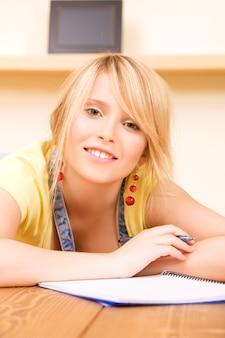Obraz nastolatka z notatnikiem i piórem