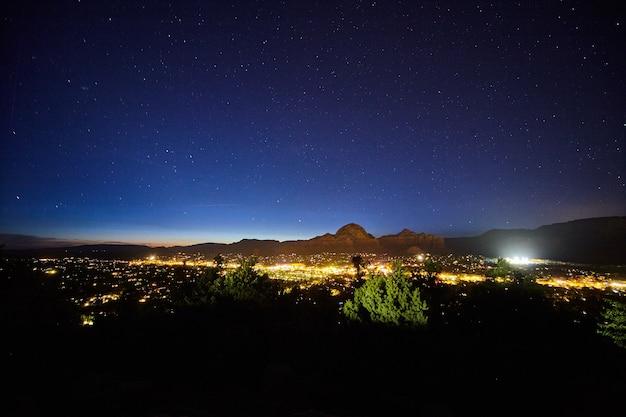 Obraz nocnego krajobrazu sedony arizona w nocy z gwiazdami